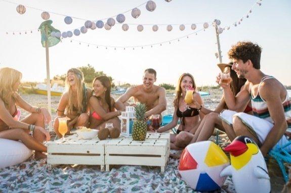groupe de jeunes gens heureux à la plage