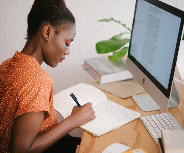 jeune femme étudiant un certificat d'entreprise