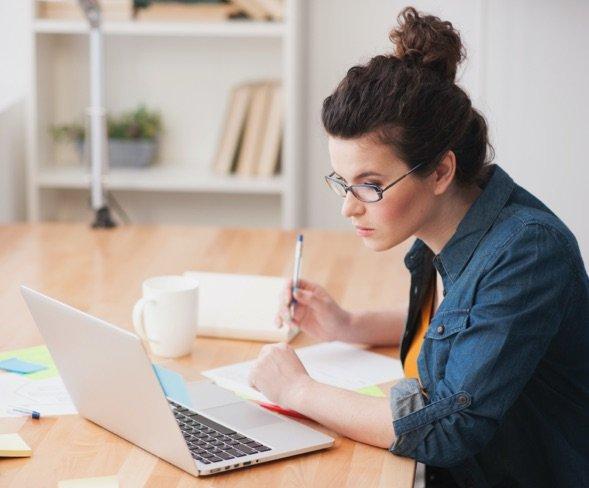 fille étudiant pour un certificat en marketing et communication