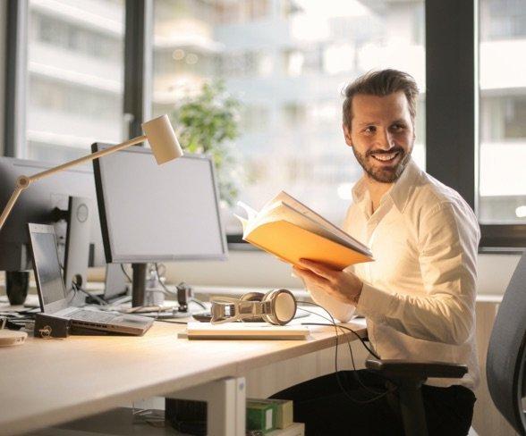 jeune homme travaillant dans une agence de voyage
